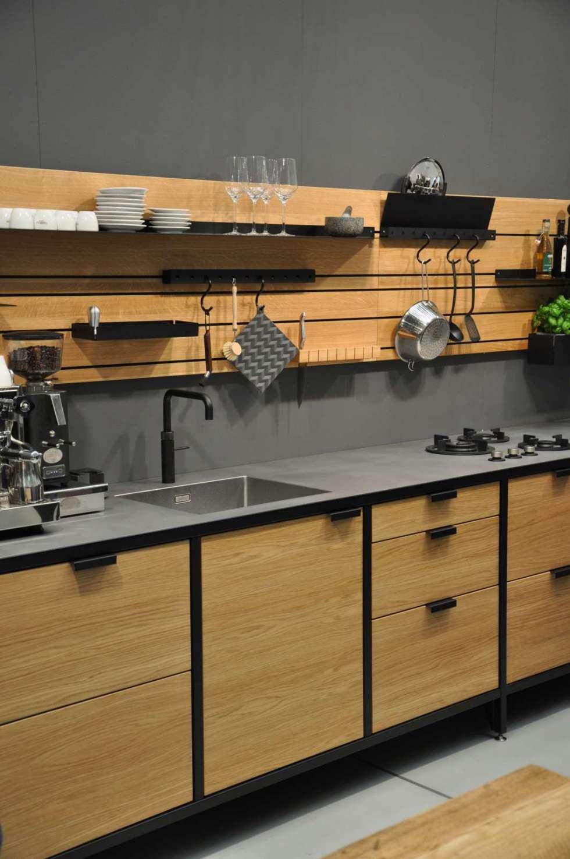 Holz trifft Stahl: Jan-Cray-Möbel präsentierte auf der Messe Blickfang in Hamburg seine Modulküche Werk mit einem flexiblem Rückwandsystem, welches an eine Werkbank erinnert. Foto: Trendfilter